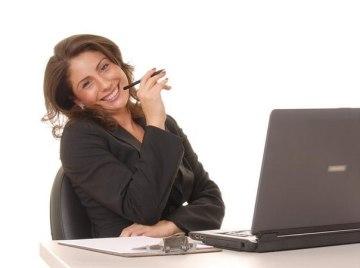 mujer-sonriente-en-su-escritorio-con-computadora-portatil.jpg